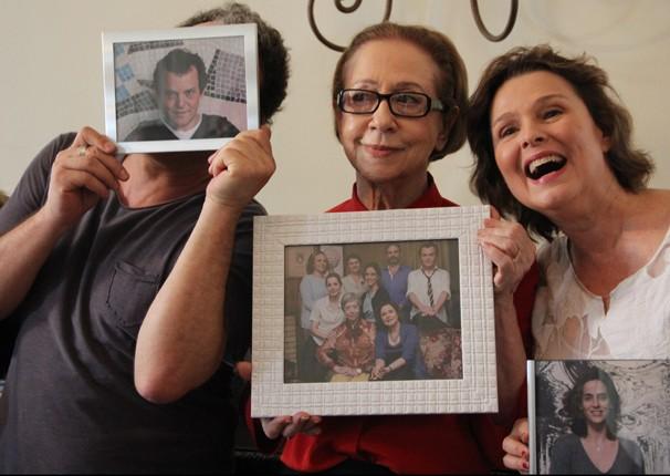 Atores fazem graça com retratos dos personagens (Foto: Divulgação / TV Globo)