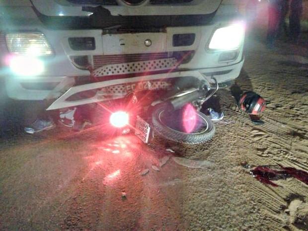 Moto foi parar na parte debaixo da carreta em Vilhena (RO) (Foto: Carlos Franco/Extra de Rondônia)