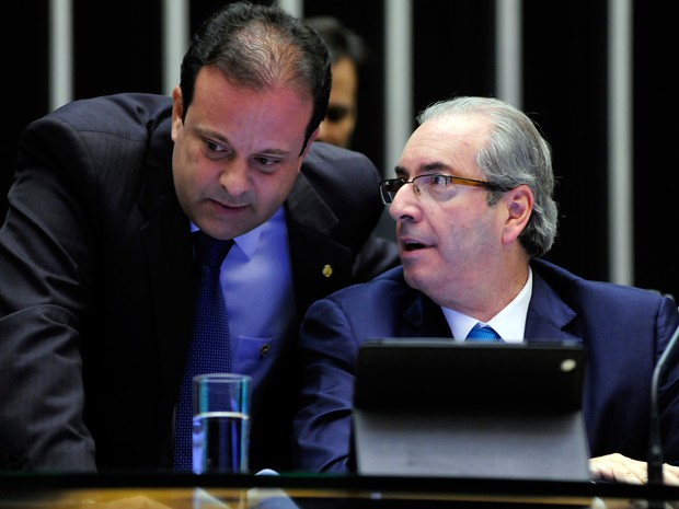 Deputado André Moura em conversa com Eduardo Cunha na tribuna do plenário (Foto: Alex Ferreira/ Câmara dos Deputados)