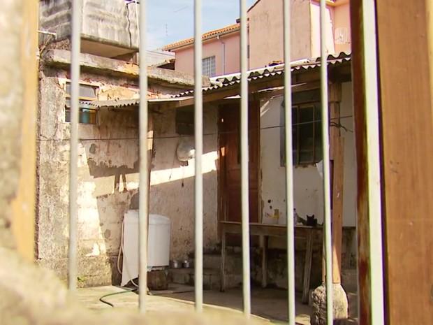 Corpo da mulher foi encontrado dentro de casa no bairro Nova Lima, em Três Corações (MG) (Foto: Reprodução EPTV/Erlei Peixoto)