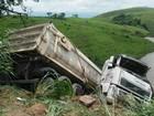Carreta cai em ribanceira após bater em ônibus em Volta Redonda, RJ