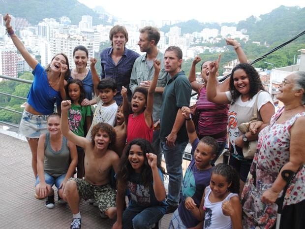 Fatinha pede e holandeses tiram 'piquicture' com a doidinha (Foto: Tv Globo / Malhação)