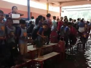 Escola de Promissão inunda durante temporal (Foto: Reprodução)