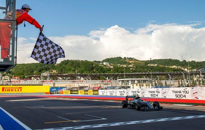 Nico Rosberg recebe bandeirada da vitória no GP da Rússia (Foto: Reuters)