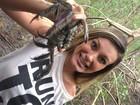 Andressa Urach pega caranguejos em Manaus: 'Medo'