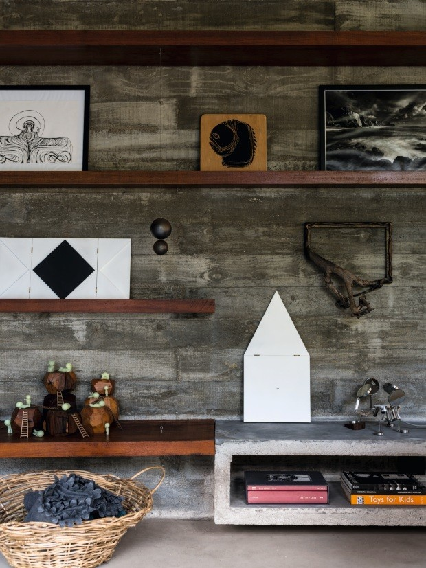 Décor do dia: prateleiras de madeira na parede de concreto (Foto: Fran Parente)