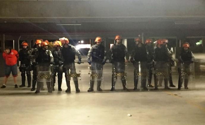 Choque teve que ser acionado para evitar um tumulto no Beira-Rio (Foto: Tomás Hammes / GloboEsporte.com)