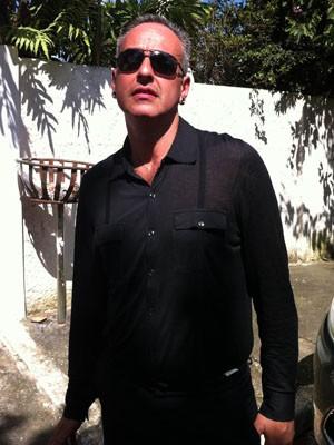 Guilherme Becker, sobrinho-neto de Cleyde Yáconis, chega ao velório em Jordanésia (Foto: Flávio Seixlack/G1)