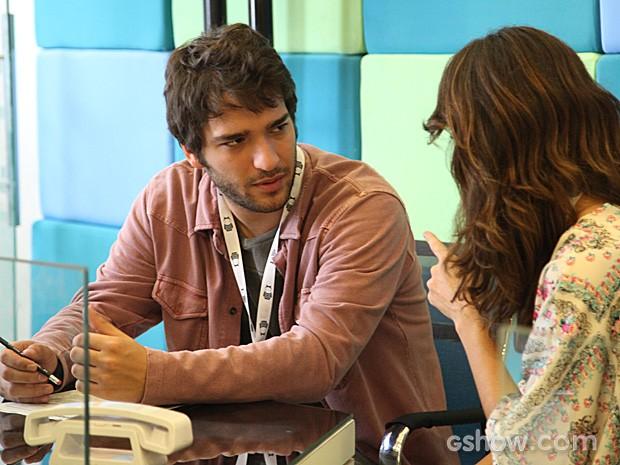 Davi fica impressionado ao ver que Manu está ao lado de Jonas (Foto: Camila Camacho / TV Globo)