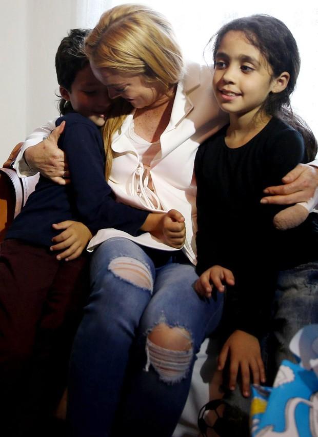 Lindsay Lohan e crianças refugiadas (Foto: Grosby Group)