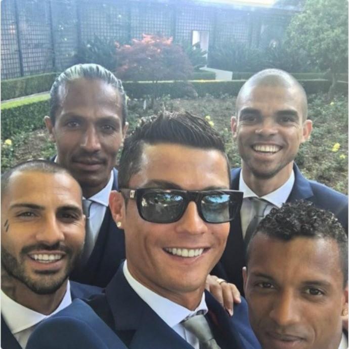 BLOG: De terno, CR7 publica foto ao lado dos companheiros da seleção portuguesa
