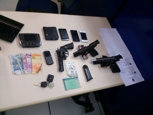 Armas, carregadores e munições foram apreendidas em Macaé (Foto: Polícia Militar)