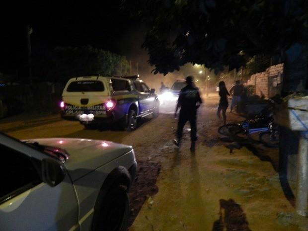 Vítima chegou a ser socorrida, mas não resistiu aos ferimentos (Foto: Carlos Mont Serrate/ Rota Policial News)