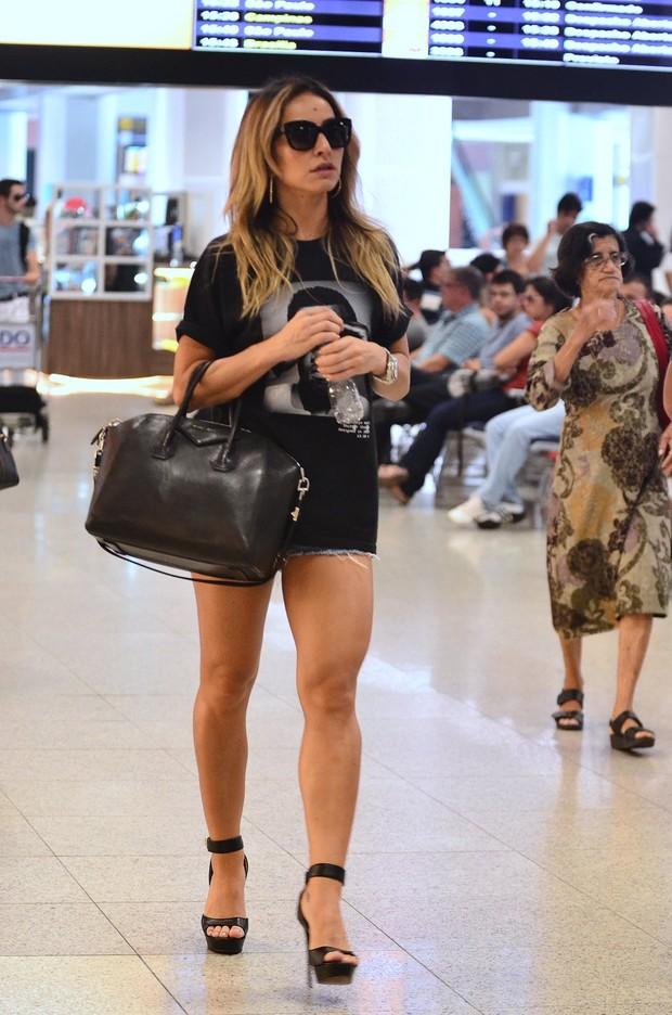 4c54d85a4c462 Sabrina Sato no aeroporto (Foto  William Oda   Agnews)