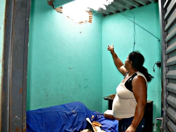 Torre atingiu telhado de residência e destroços danificaram móveis e apareslhos eletroeletrônicos (Foto: Tatiane Queiroz/ G1MS)