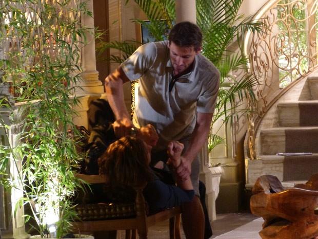 Alberto tenta conversar com Cassiano (Foto: Flor do Caribe/ TV Globo)