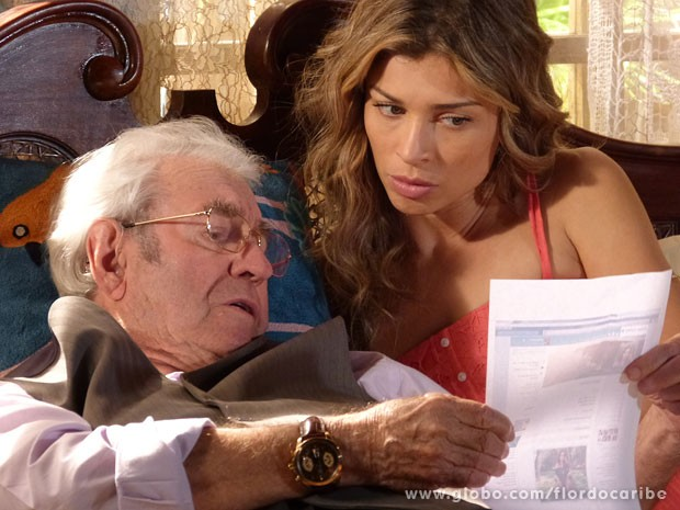 Com a ajuda de Ester, Samuel descobre pista para encontrar Manolo (Foto: Flor do Caribe / TV Globo)