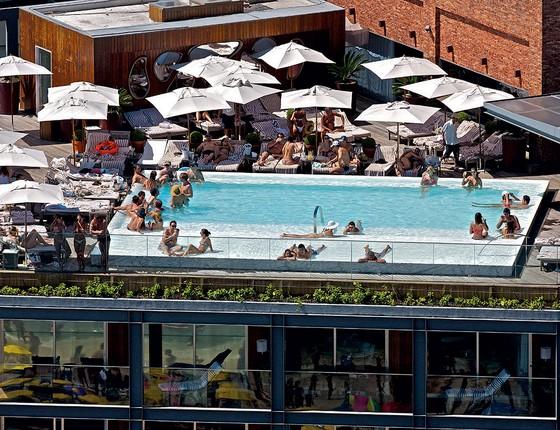 COBERTURA A piscina do Hotel Fasano, que ganhará uma repaginada estética para os seus dez anos. Vista privilegiada de Ipanema (Foto: Yann arthus-bertrand/Getty images)