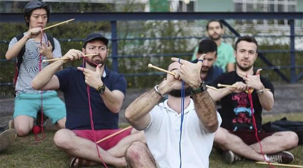 Thiago Rezende já reuniu homens em oficina de crochê  (Foto: Estadão Conteúdo / Karen Dolorez)