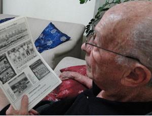 Geraldo Magela olha recortes do Tupi da década de 60 (Foto: Leonardo Simonini / Globoesporte.com)