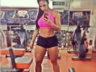 Graciella Carvalho mostra as pernas musculosas e a barriga sarada