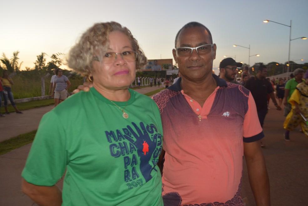 Embora se declare católico, o casal Hilton Gomes e Nazaré Pereira preferiu prestigiar o ato evangélico (Foto: Toni Francis/G1)