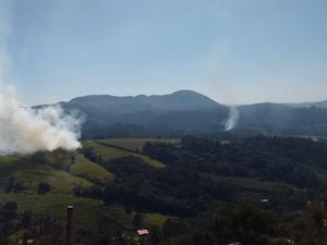 Incêndio atinge área verde, em São Roque (Foto: Cintia Hergesel/ TEM Você)