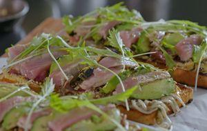 Sanduíche de atum com maionese defumada