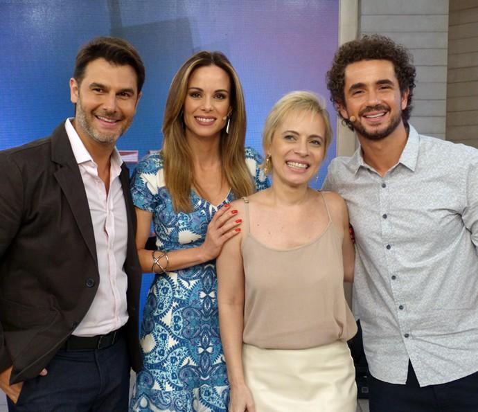 Convidada do Encontro posa com Dr. Fernando e os apresentadores (Foto: Cristina Cople/Gshow)