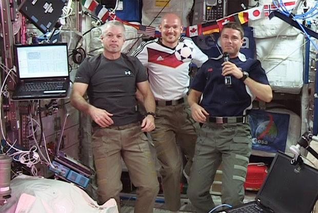 Os astronautas Reid Wiseman e Steve Swanson, dos Estados Unidos; e Alexander Gerst, da Alemanha, vão assistir a Copa do Mundo na ISS (Foto: Reprodução/Nasa)