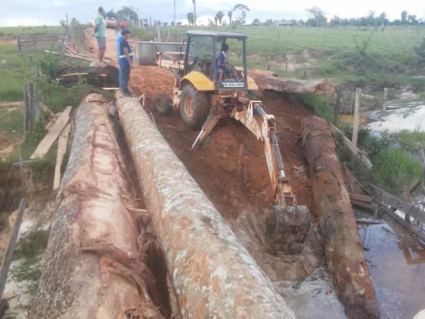 Água alagou diversos trechos, destruiu cabeceiras de pontes, estourou bueiros e abriu crateras na pista (Foto: Adalto Ferreira/Arquivo Pessoal)