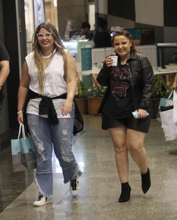 Marília Mendonça e Maiara, da dupla com Maraísa, passeando em um shoppingo do Rio de Janeiro (Foto: AgNews)