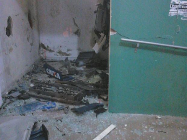 Caixas eletrônicos foram explodidos em Pedro de Toledo, SP (Foto: Divulgação/Polícia Militar)