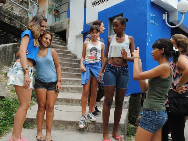 Juliana Paiva grava na comunidade do morro Dona Marta, zona sul do Rio  (Foto: Malhação / TV Globo)