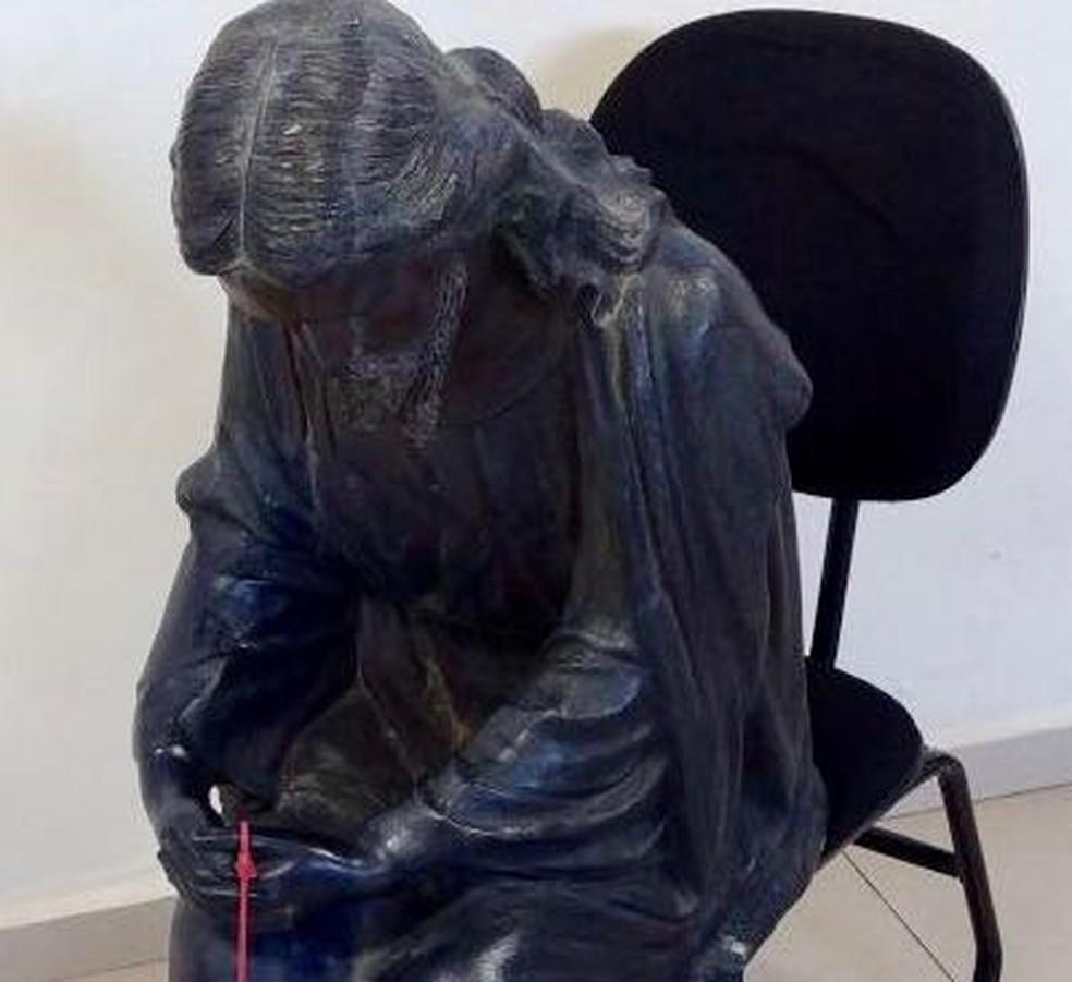 Homem foi encontrado carregando estátua de Jesus Cristo (Foto: J. Serafim Show/Divulgação)
