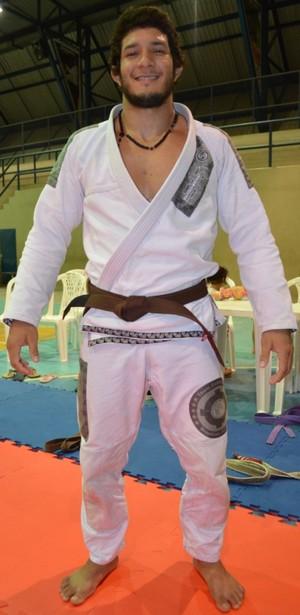 O campeão Lucas Daniel agora encara a faixa marron, após se estacar na faixa roxa; promessa para 2014 (Foto: Tércio Neto/GloboEsporte.com)