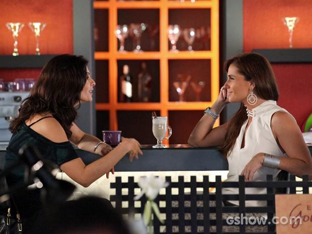 Verônica diz que tem presente para Cadu e Clara diz para ela fazer visita (Foto: Carol Caminha/ TV Globo)