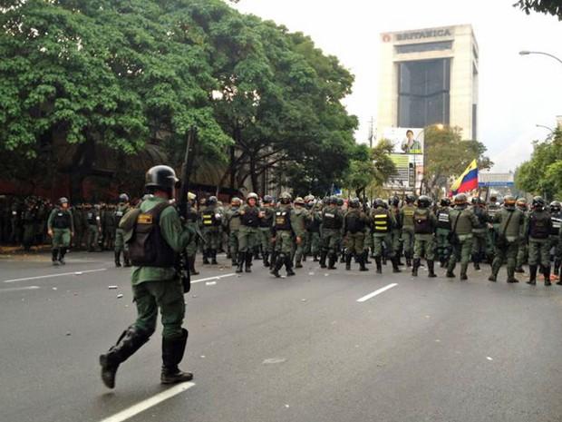Manifestantes a favor da recontagem de votos das eleições são contidos pela guarda nacional em Altamira, Caracas (Foto: Paula Ramón/G1)