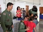 Garoto reencontra policiais após viagem para transplante de fígado