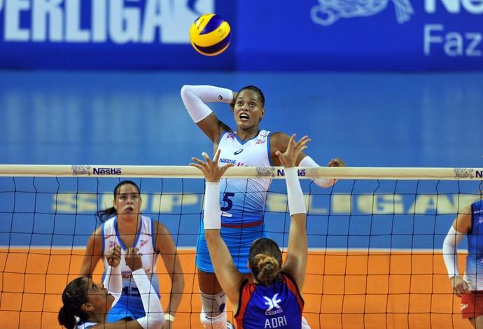 Adenizia sobe para marcar mais um ponto para Osasco (Foto: Divulgação/CBV)