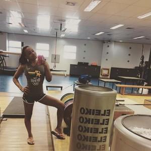 Rebeca Andrade fisioterapia ginástica artística (Foto: Reprodução / Instagram)