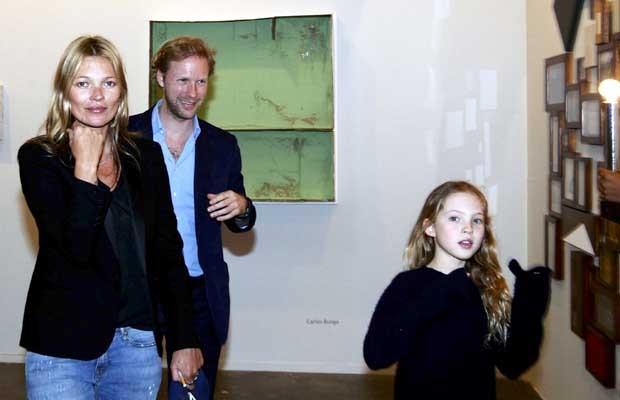 Kate Moss e a filha Lila Grace na SP-Arte (Foto: Paduardo/AgNews)