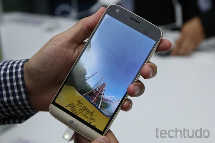 LG G5 é um dos primeiros smartphones compatíveis com Quick Charge 3.0 (Foto: Fabrício Vitorino/TechTudo) (Foto: LG G5 é um dos primeiros smartphones compatíveis com Quick Charge 3.0 (Foto: Fabrício Vitorino/TechTudo))