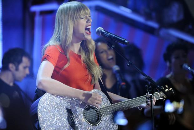 Taylor Swift canta no palco do TV Xuxa (Foto: TV Globo )