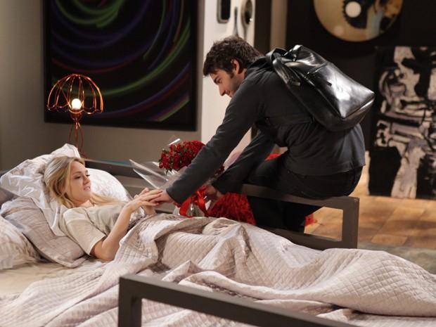 Antes de passarem a noite juntos, Davi leva flores para Megan e a enche de mimos. Com medo de perder o namorado, ela mente (Foto: Pedro Curi/ TV Globo)