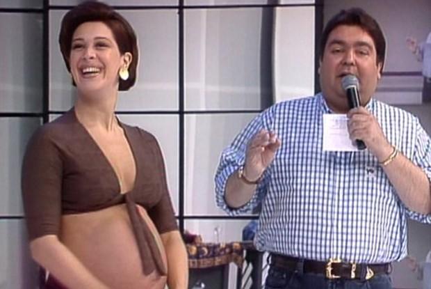 Claudia Raia, grávida, conversa com o Faustão (Foto: TV Globo)