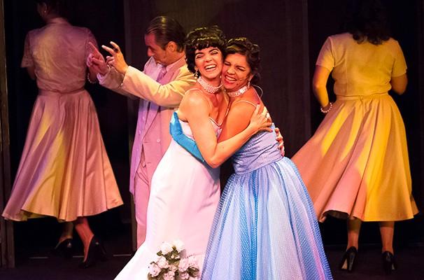 As atrizes Stella Maria Rodrigues e Solange Badim em cena do espetáculo (Foto: Divulgação)