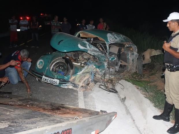 Fusca ficou destruído após batida em microônibus em Lambari (Foto: Jodil Duarte)