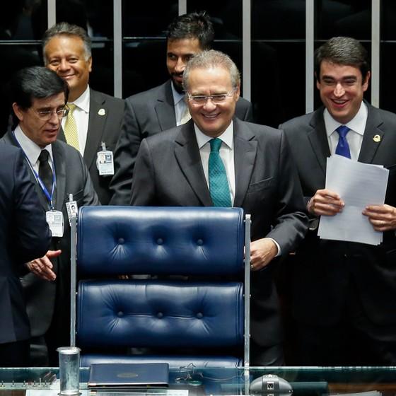 Senador Renan Calheiros chega na mesa da presidênncia do Senado (Foto: Sérgio Lima/ÉPOCA)