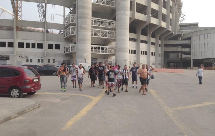 Torcedores invadem Engenhão (Foto: Vicente Seda)